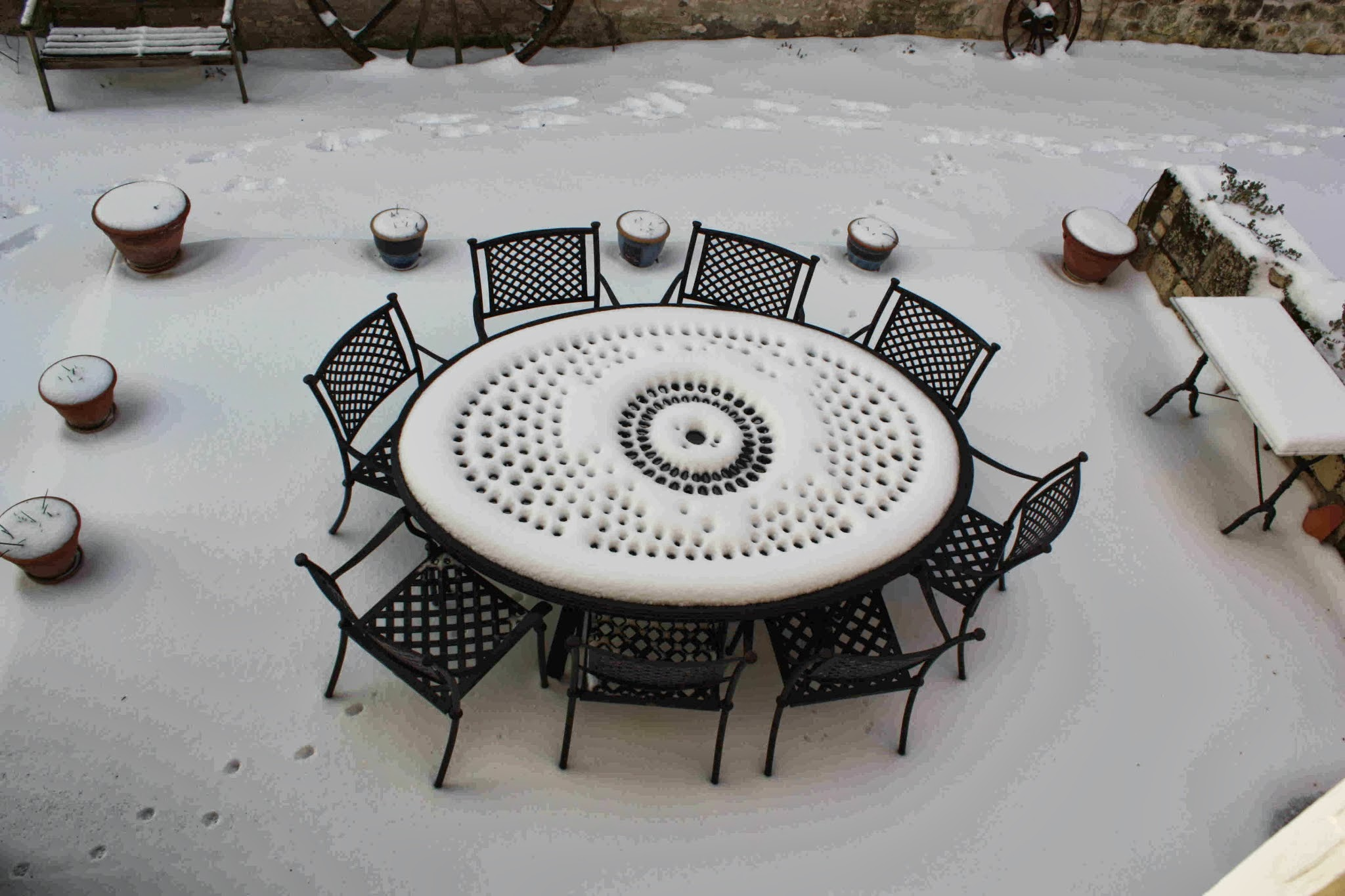 Nos meubles de jardin r sistant la neige le blog de for Table design 8 personnes