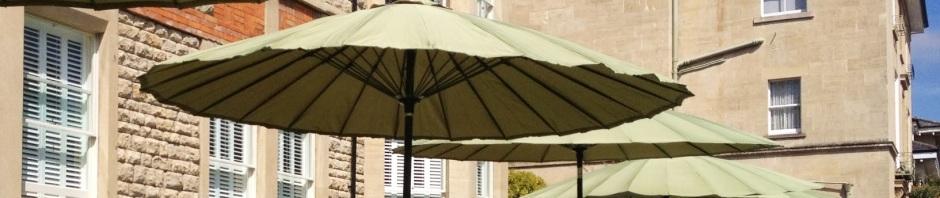 Bien choisir son parasol de jardin le blog de lazy susan for Portent un parasol dans les jardins