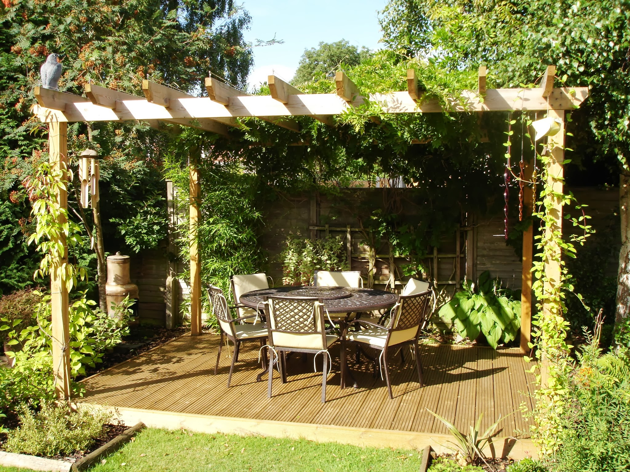 Amenagement pergola jardin - Salon de jardin rouge ...